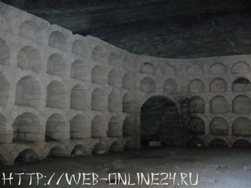 Старинные хранилища в гроте Голицына