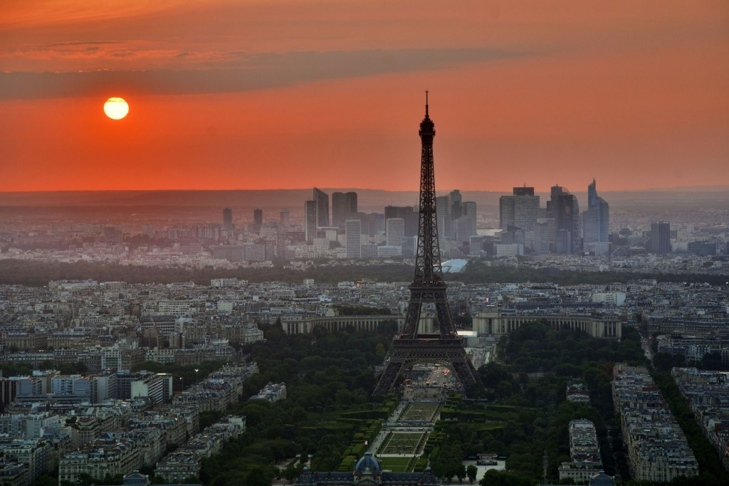 Вид на Эйфелеву башню и квартал Дефанс в Париже