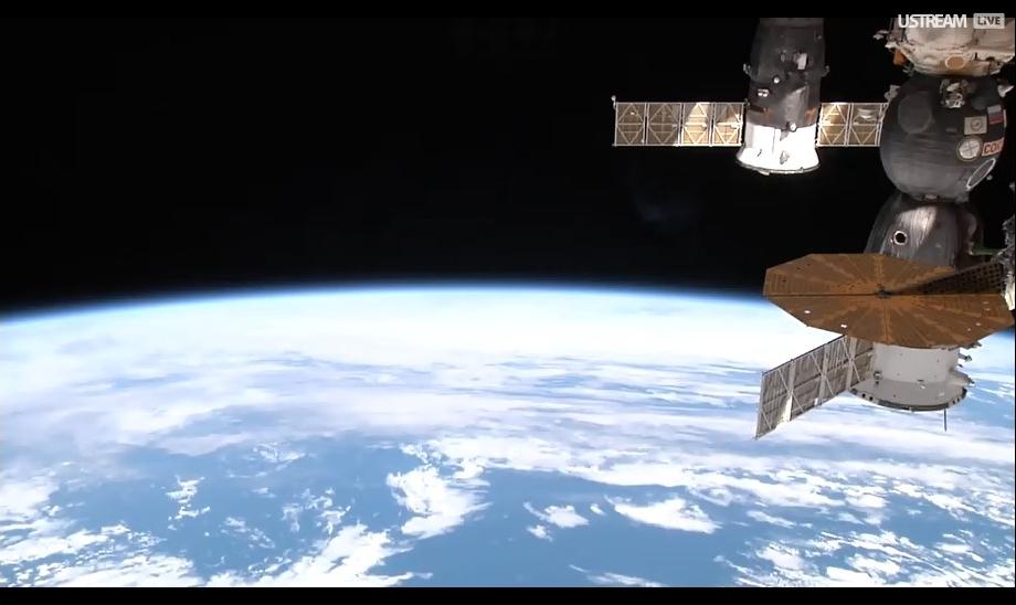 Планета Земля и МКС в открытом космосе