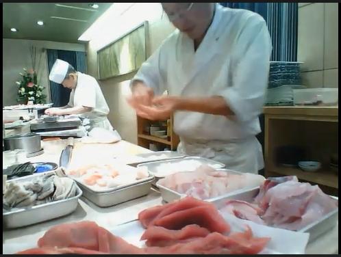 Повара суши-бара за работой на кухне