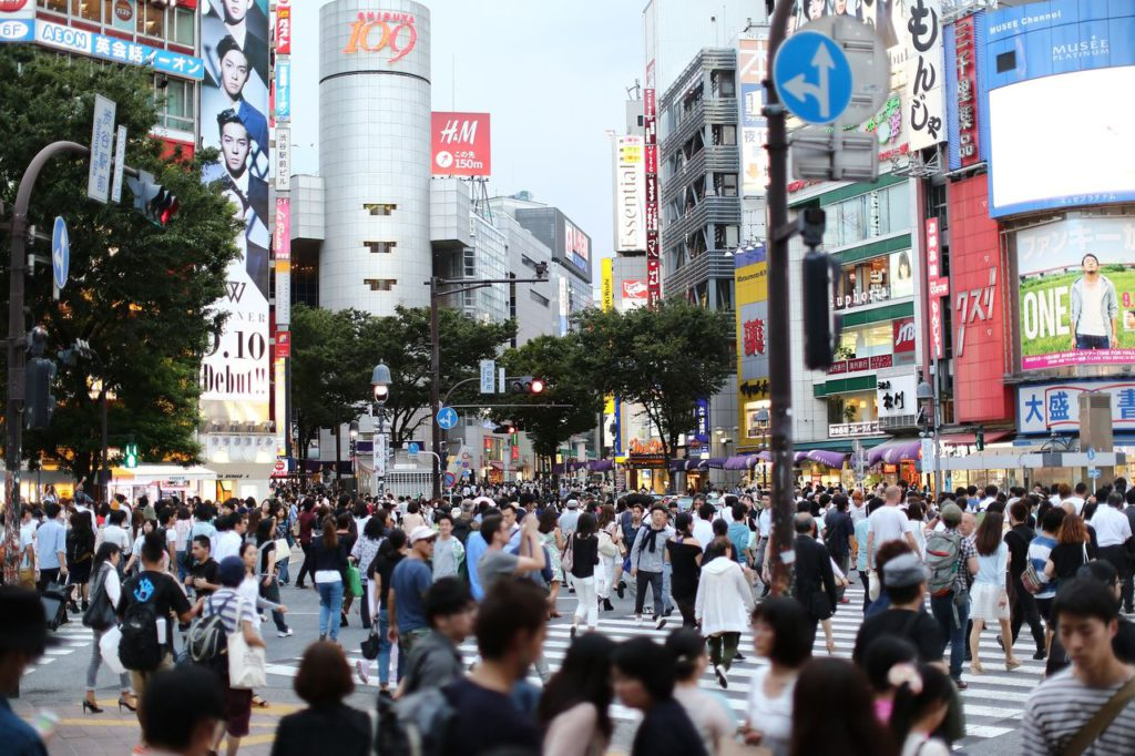 Перекресток в торговом районе Сибуя в Токио
