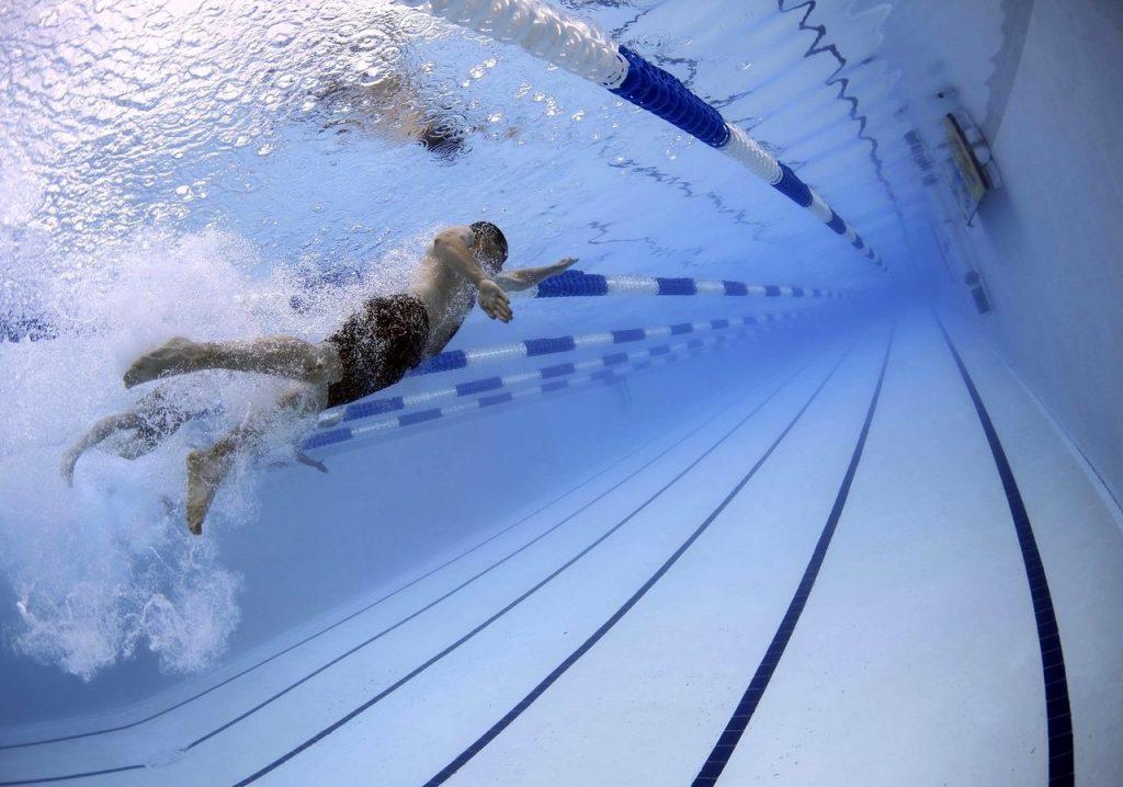 Соревнования по плаванию в закрытом бассейне