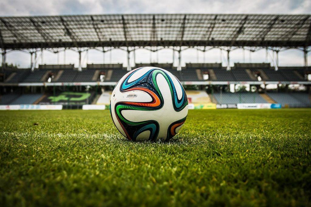 Футбольный мяч на поле стадиона