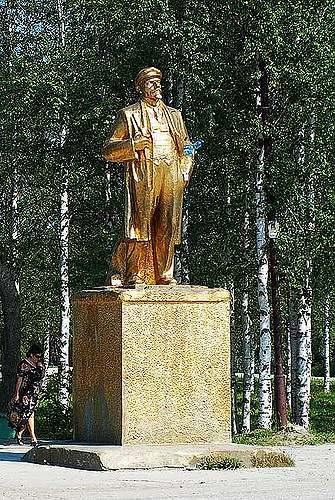 Памятник В.И. Ленину. Поселок Ярега. Республика Коми.